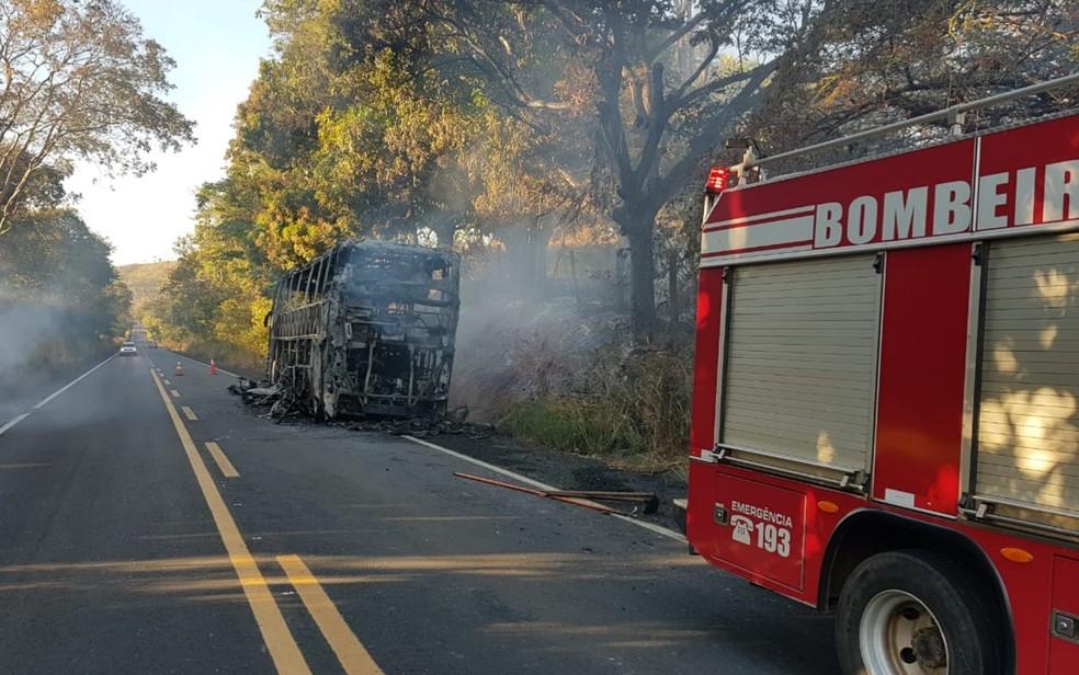 Ônibus destruído por incêndio, em São Luís de Montes Belos — Foto: Divulgação/Corpo de Bombeiros