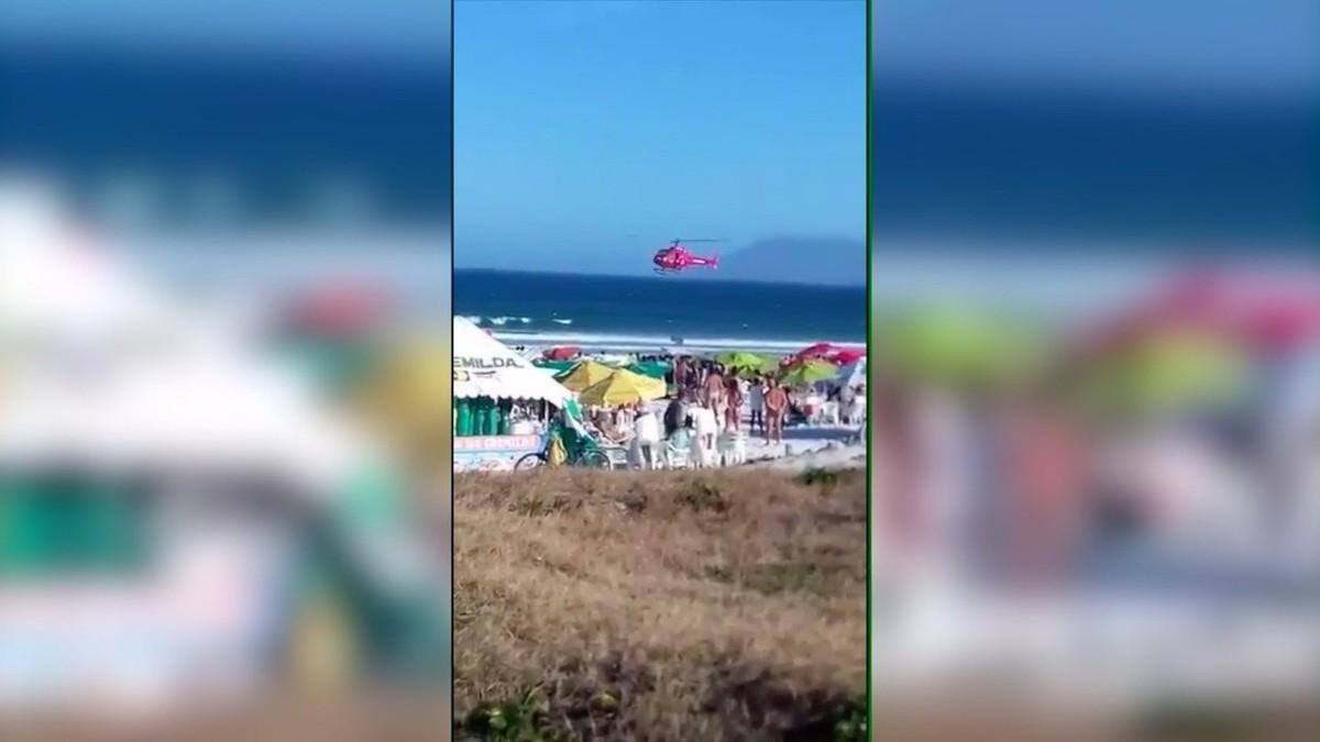 Vídeo registra momento em que helicóptero dos bombeiros realiza salvamento na Praia do Forte, em Cabo Frio