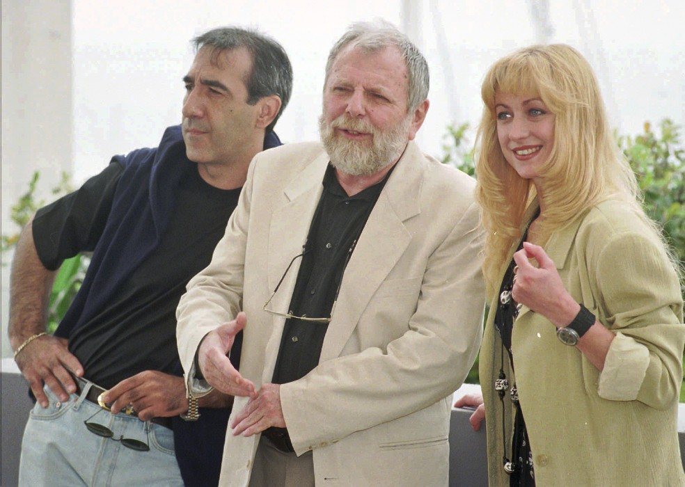 -  Em 1996, o diretor romeno Lucian Pintilie  centro  posa com Razvan Vasilescu e Cecilia Barbora em sessão de   39;Too Late  39; no Festival de Cannes