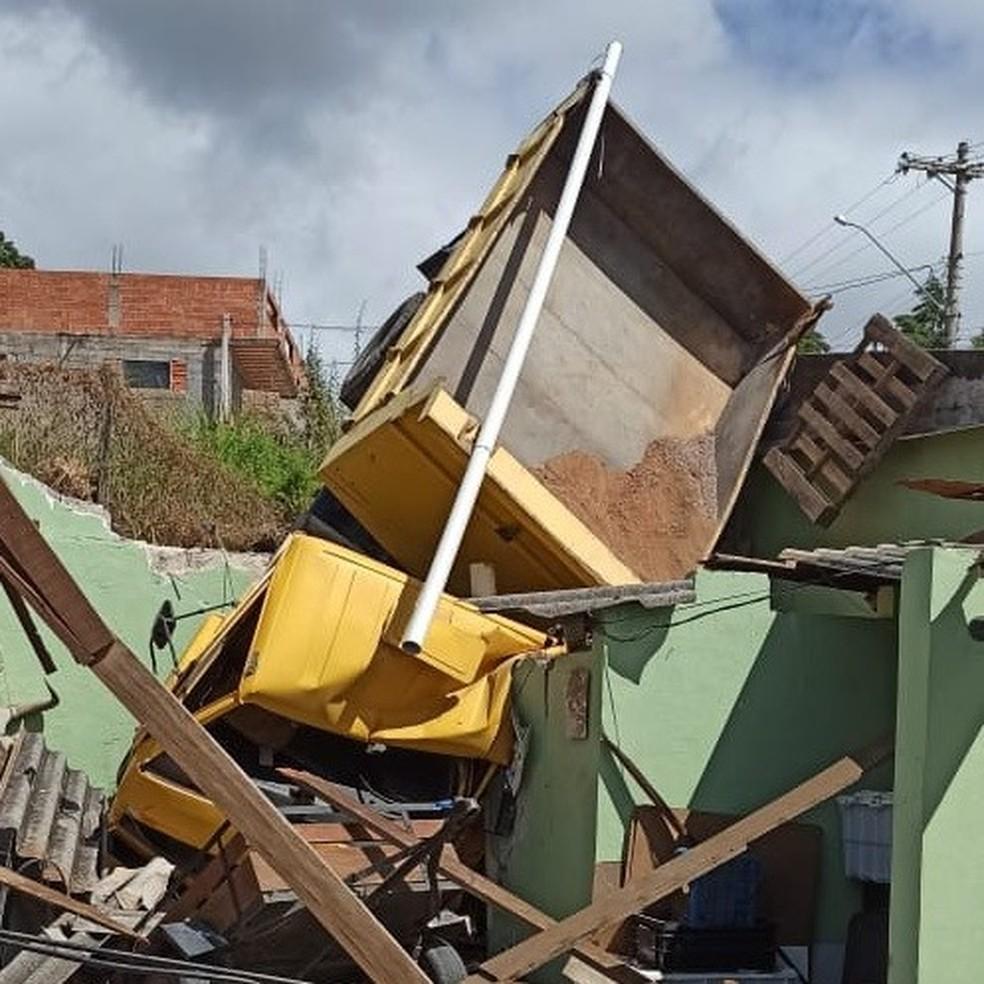 Após falha nos freios, motorista perde controle e cai com caminhão em cima de casa em Itupeva (SP) — Foto: Socorristas Municipais/Divulgação