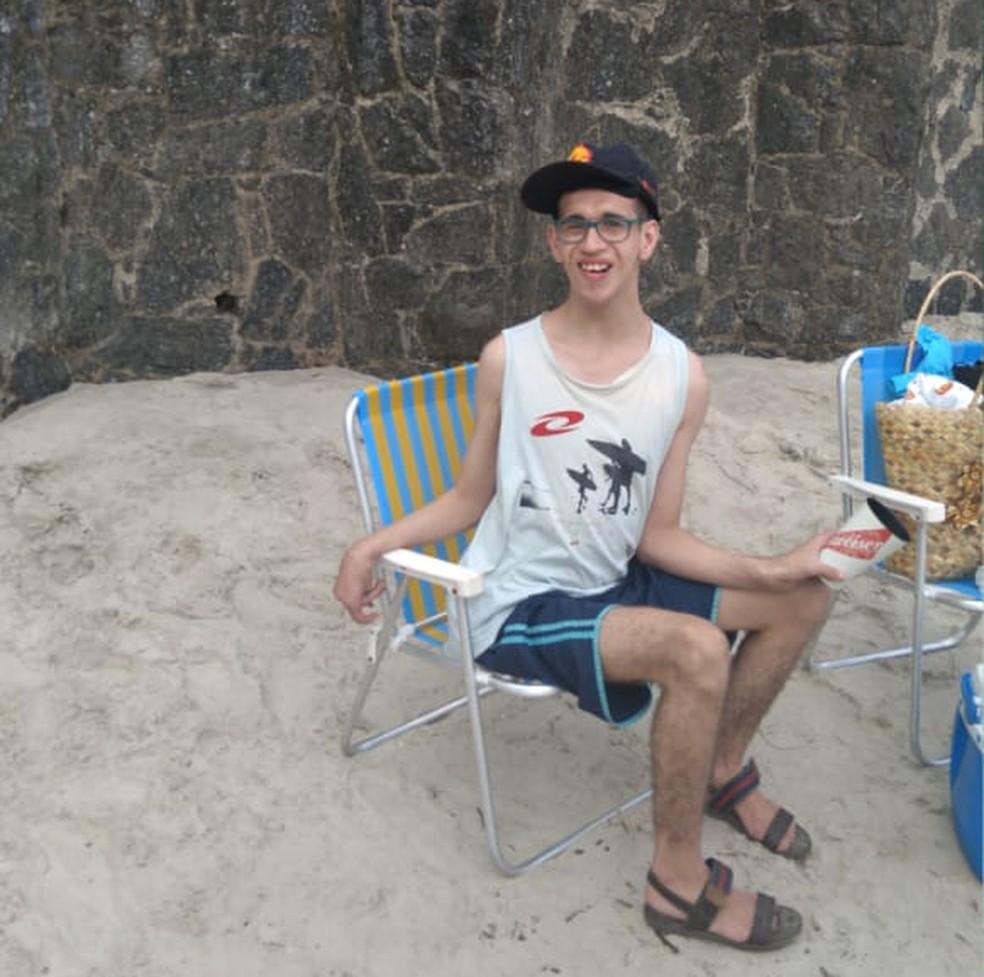 Gabriel, de 24 anos, tem autismo e estuda em uma escola especializada para pessoas com deficiência. — Foto: Arquivo pessoal