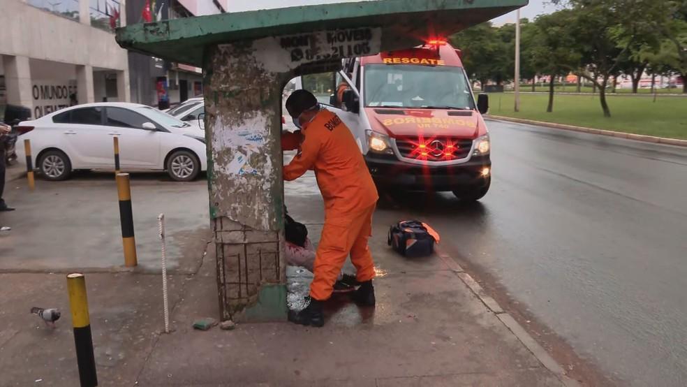 Corpo de Bombeiros socorre professor esfaqueado em parada de ônibus, em Taguatinga Sul — Foto: TV Globo/Reprodução