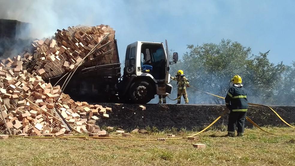 Bombeiros apagam fogo em caminhão carregado de tijolos, no Distrito Federal — Foto: Corpo de Bombeiros/ Divulgação