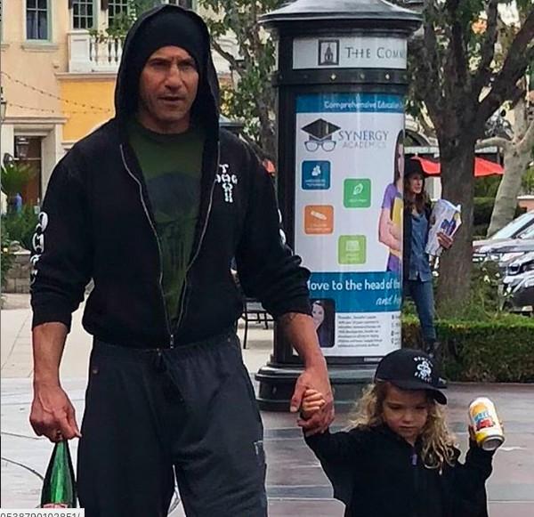 O ator Jon Bernthal na companhia da filha caçula (Foto: Instagram)