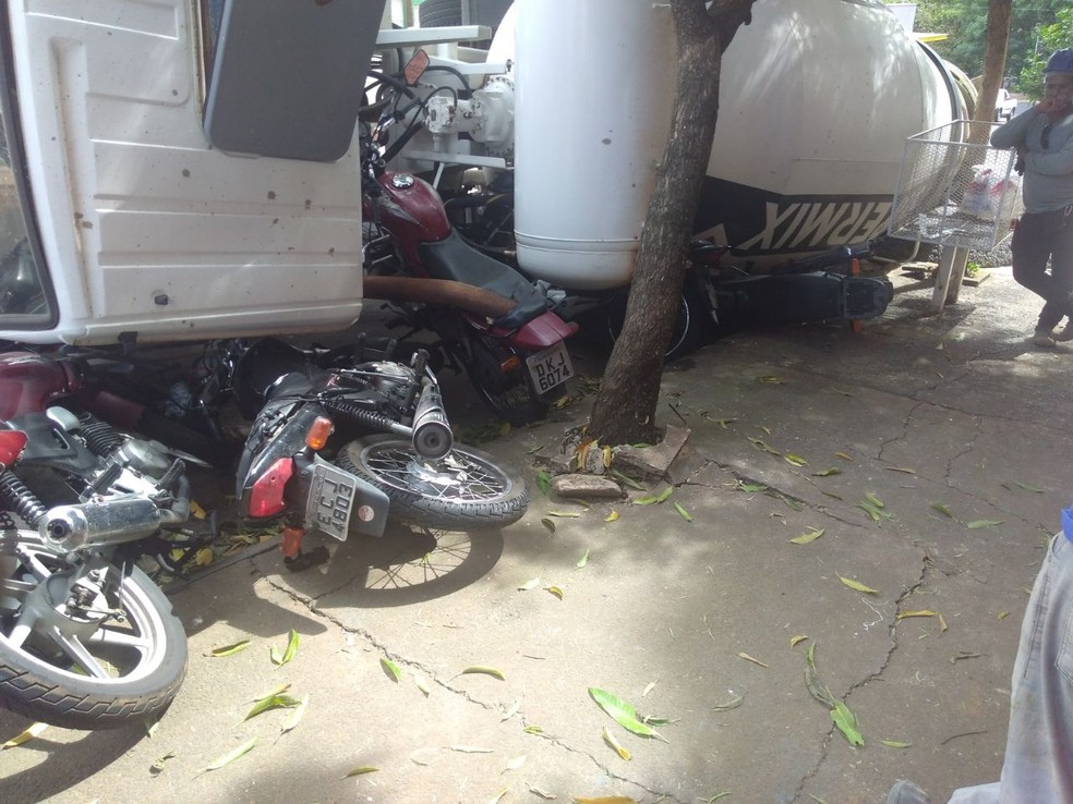 Caminhão tombou sobre motocicletas que estavam estacionadas em Rio Preto (SP) (Foto: Arquivo Pessoal)