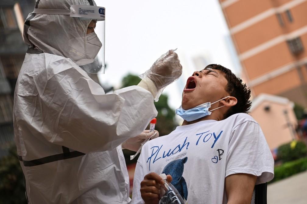 Homem faz teste para Covid-19 em Wuhan, durante campanha de testagem em massa, em foto de arquivo — Foto:  Hector Retamal/AFP/Arquivo