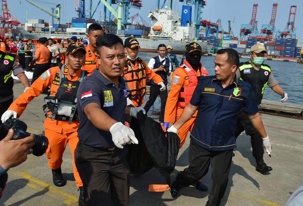 Equipe de resgate carrega corpo resgatado no mar após queda de avião com 189 pessoas a bordo na Indonésia — Foto: Stringer/Reuters