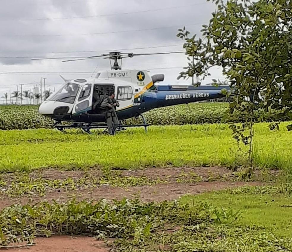 Equipes do Corpo de Bombeiros e um helicóptero do Centro Integrado de Operações Aéreas (Ciopaer) fazem buscas pelo garoto nesta sexta-feira (25) em Lucas do Rio Verde — Foto: Ciopaer/MT