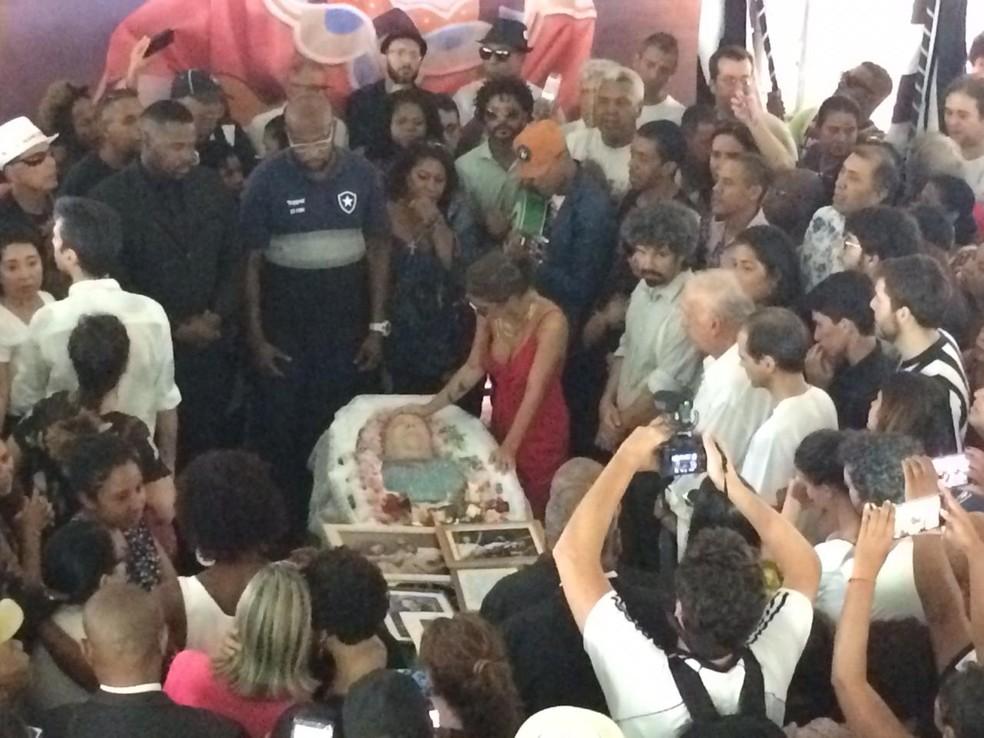 Filha de Beth Carvalo se despede da sambista antes do fechamento do caixão — Foto: Patricia Teixeira/G1
