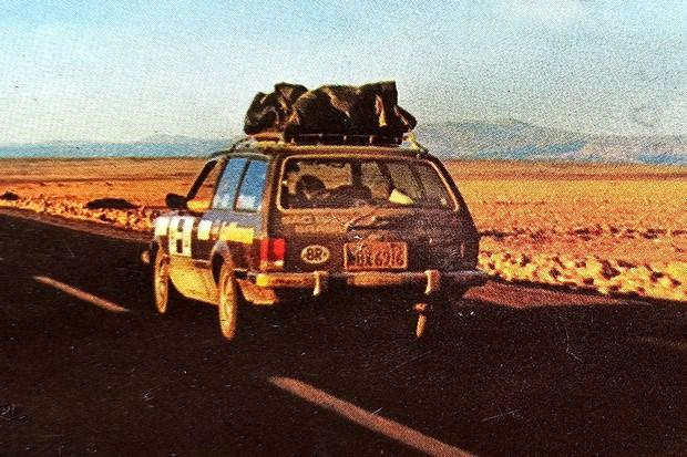 A Marajó e os três amigos cruzando o Deserto do Atacama (Foto: Acervo MIAU)