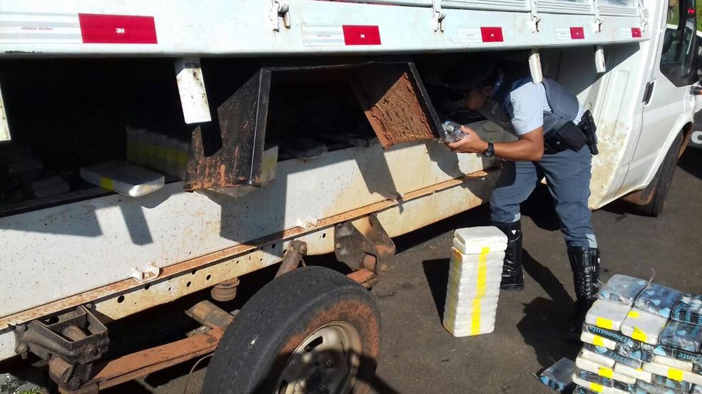 Droga estava em fundo falso e foi localizada nesta quinta-feira (8) (Foto: Polícia Militar Rodoviária/Cedida)