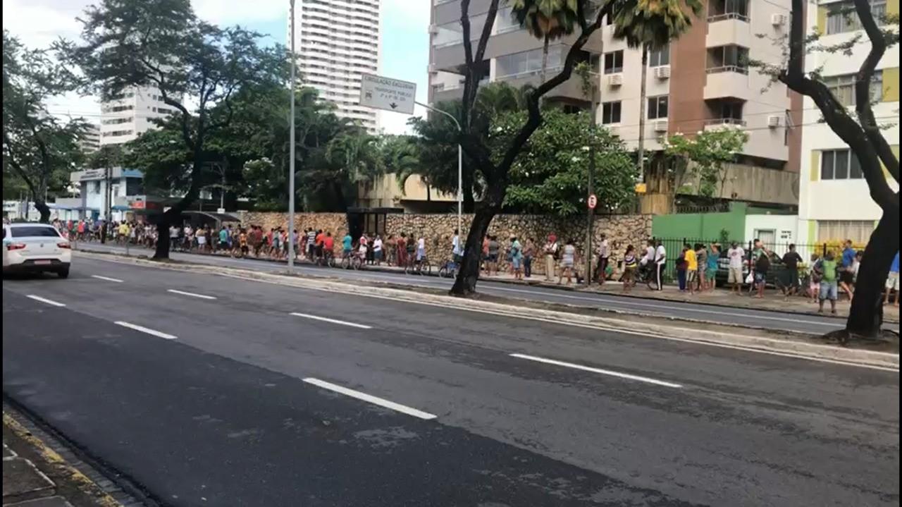 Doação de alimentos na Delegacia de Boa Viagem gera fila com centenas de pessoas