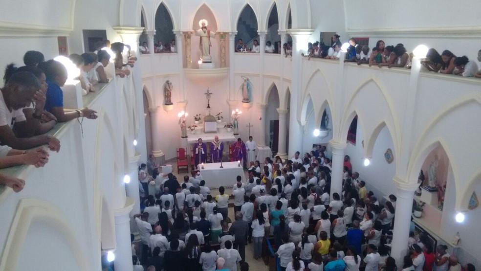 Multidão acompanha missa de 7º dia em homenagem às vítimas da tragédia com lancha (Foto: Maiana Belo/G1 BA)