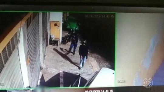 Câmeras de segurança registram assalto a comerciante em Alumínio