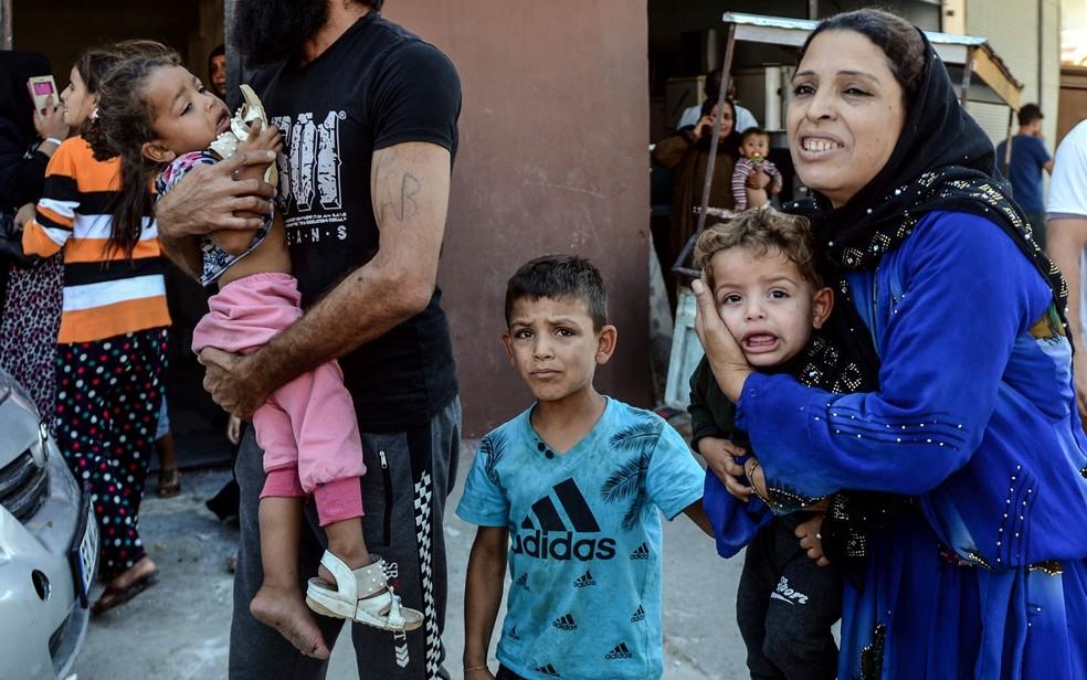 Ataques da Turquia no norte da Síria forçaram milhares a sair de casa — Foto: Ismail Coskun/HA via AP