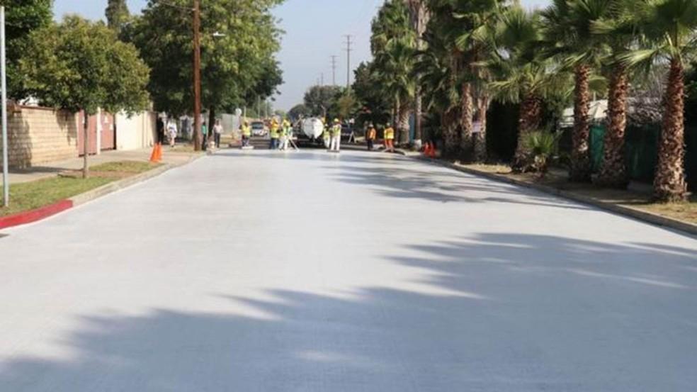 As temperaturas mais baixas graças ao pavimento fresco resultam em uma dependência menor do ar condicionado, o que significa menos gases de efeito estufa (Foto:  Prefeitura de Los Angeles)