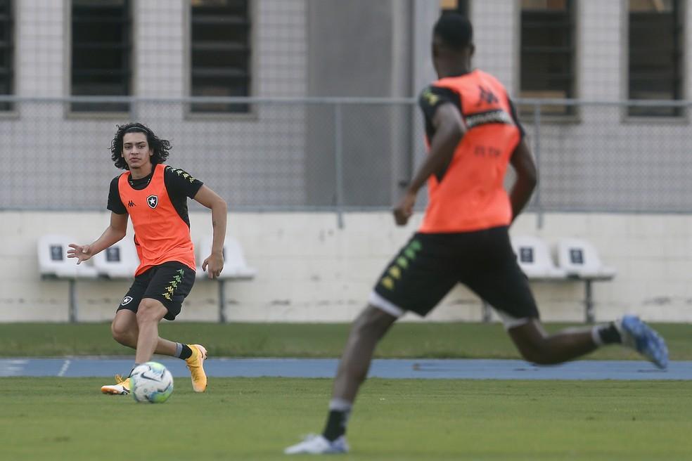 Matheus Nascimento em treino do Botafogo — Foto: Vitor Silva/Botafogo