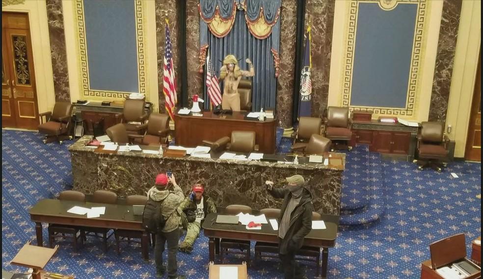 Manifestante a favor de Trump invade Congresso dos EUA — Foto: Reprodução/GloboNews