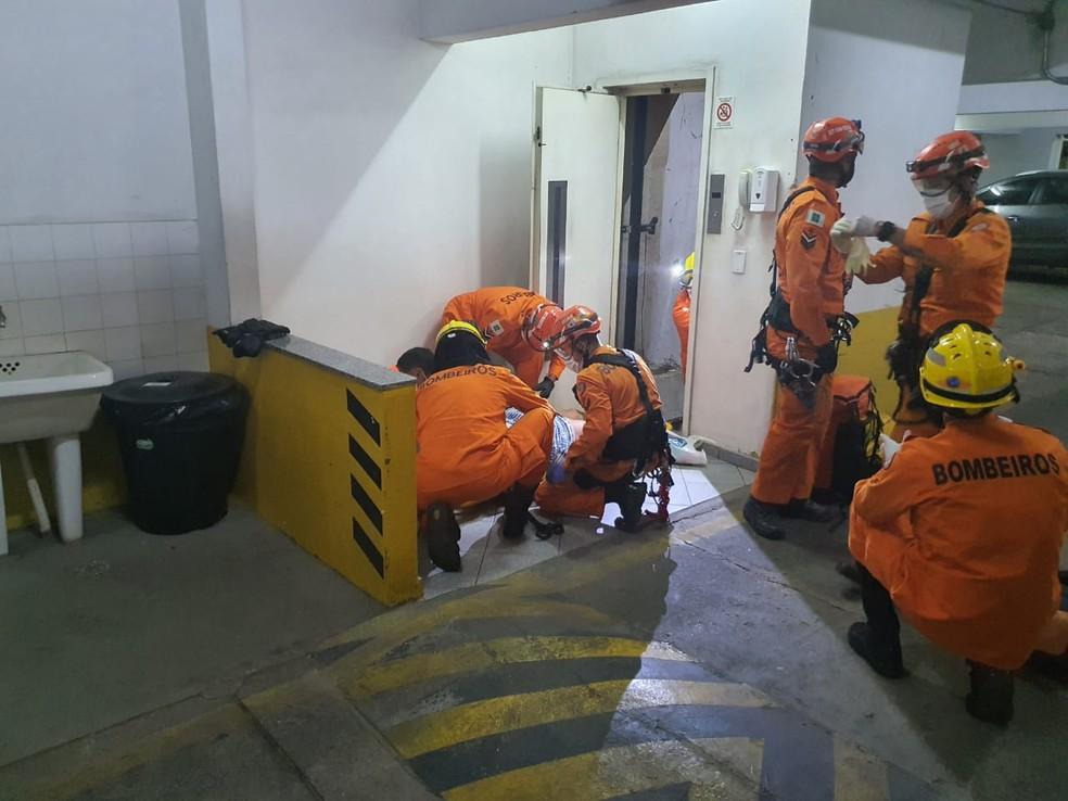 Idosa fica ferida após cair em fosso de elevador na Asa Sul, em Brasília — Foto: Corpo de Bombeiros/Divulgação