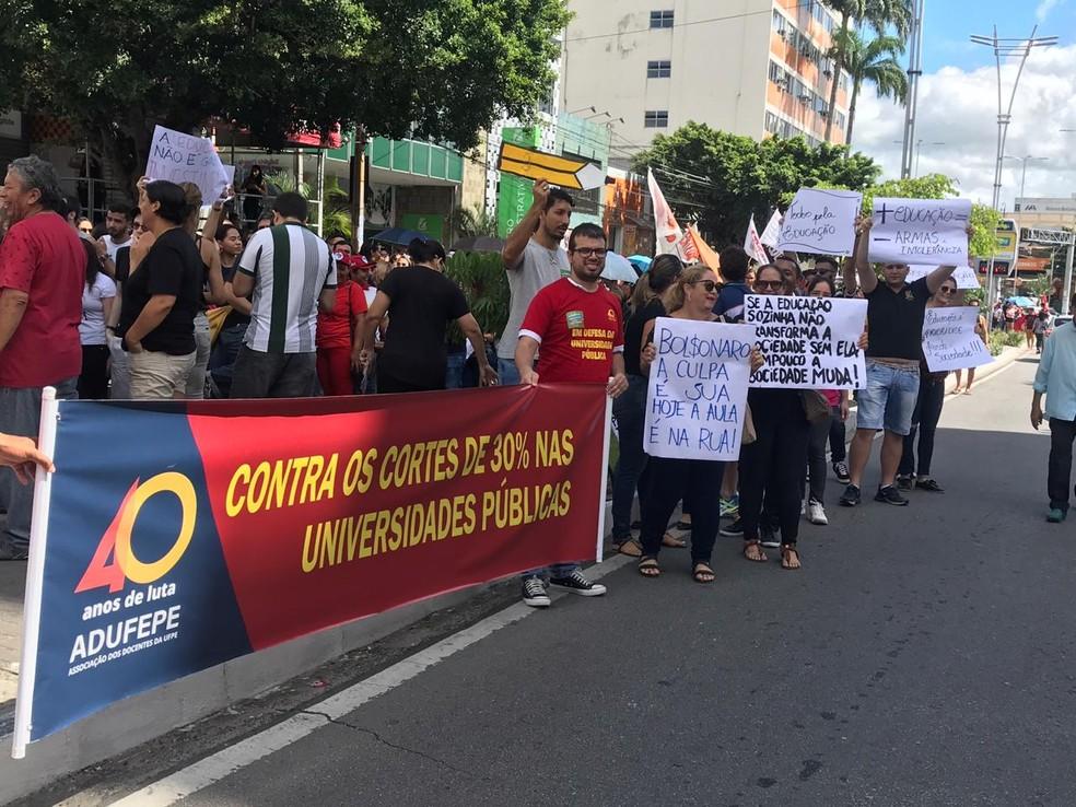 Manifestação ocorre no Centro da cidade, em Caruaru — Foto: Anderson Melo/TV Asa Branca
