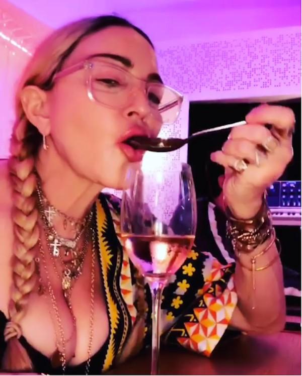 A cantora Madonna tomando vinho com uma colher diretamente de uma taça (Foto: Instagram)