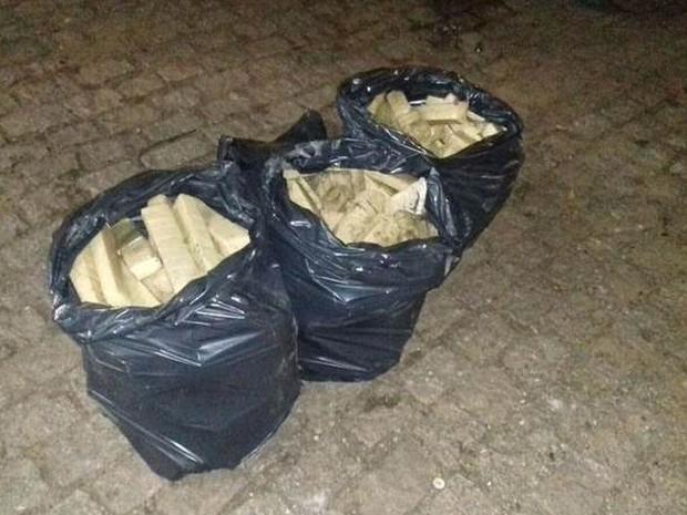 Foram apreendidos no total 128 quilos de maconha  (Foto: Polícia Rodoviária / Divulgação)