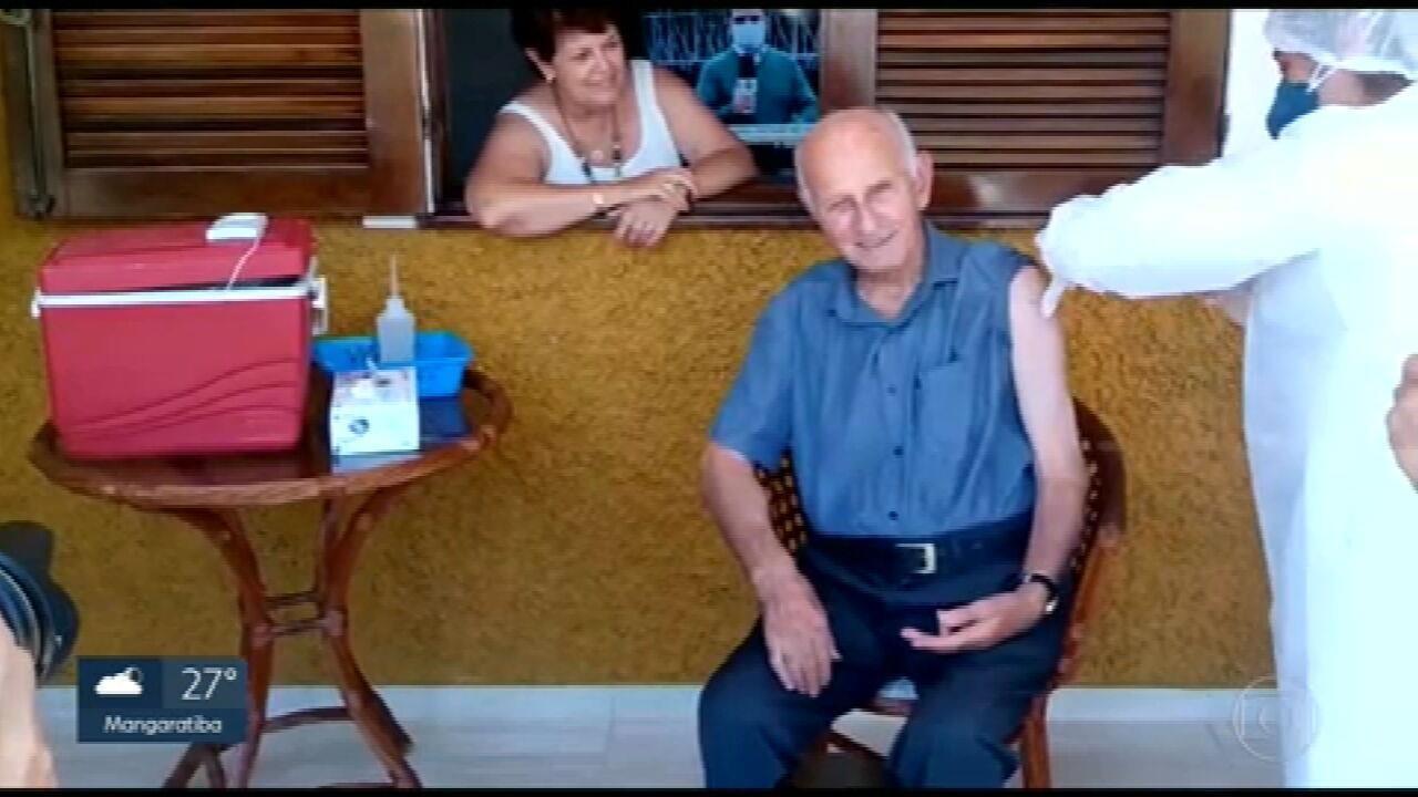 Vacina é presente de aniversário para idoso