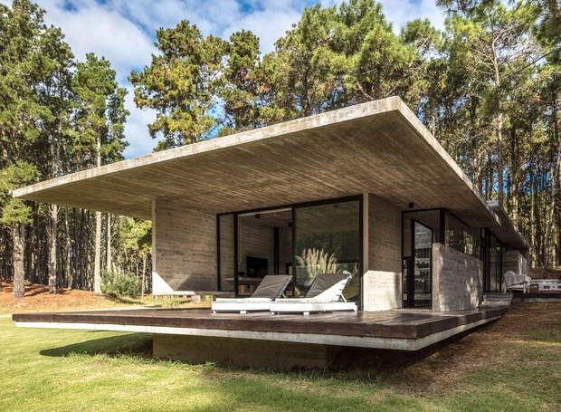 A casa está apoiada sobre uma placa de concreto que se estende pelo terreno irregular (Foto: Federico Kulekdjian)
