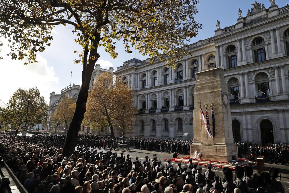 Cerimônia no Cenotáfio em Londres homenageia neste domingo (11) os mortos na Primeira Guerra Mundial — Foto: Alastair Grant/AP Photo
