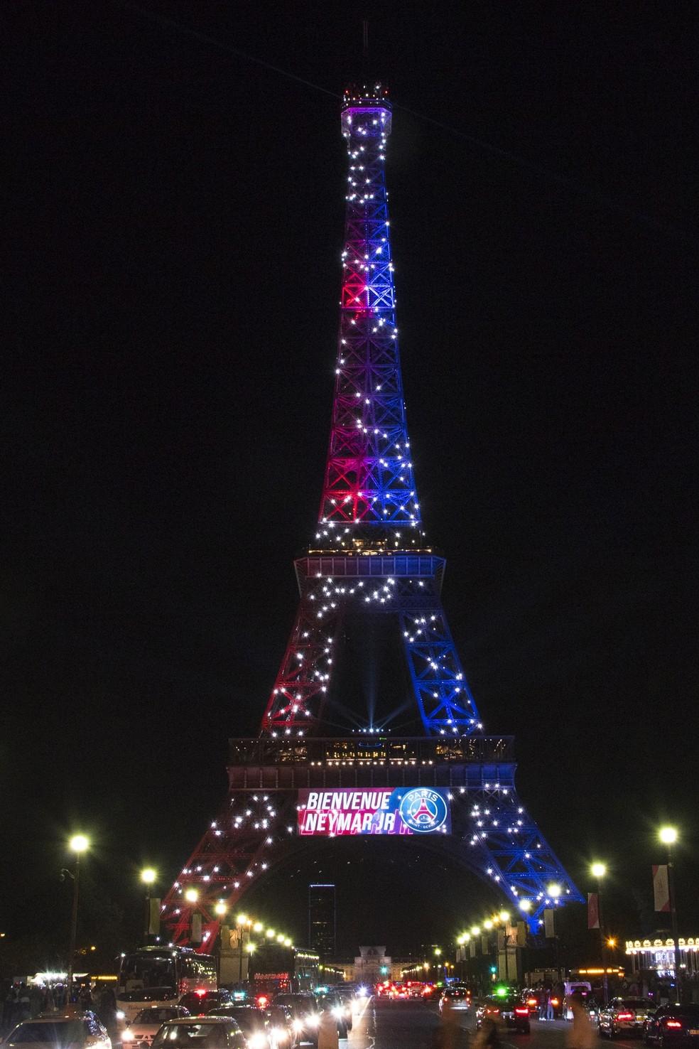 Foi a primeira vez que colocaram o nome de uma pessoa na Torre Eiffel (Foto: AFP)