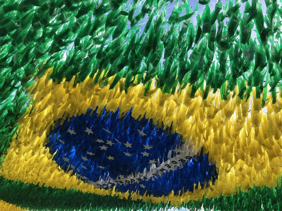Detalhe da bandeira do Brasil em rua  (Foto: Patrick Marques/G1 AM)