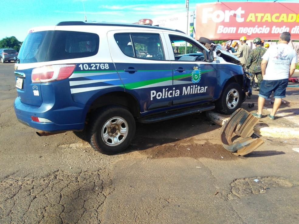 Acidente de trânsito envolvendo viatura da PM ocorreu no bairro Guanandi, em Campo Grande — Foto: Osvaldo Nóbrega / TV Morena