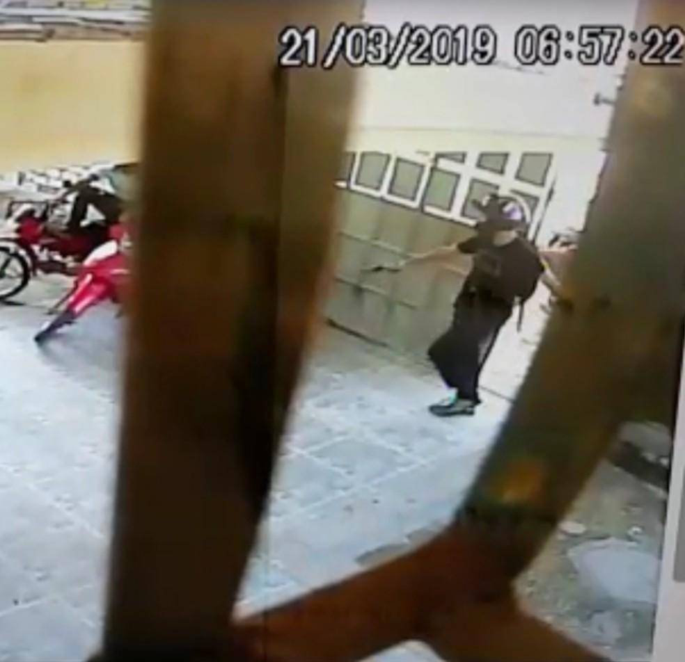 Bandido entra na escola com uma arma de fogo em punho — Foto: Escola Estadual Aida Ramalho/Cedida