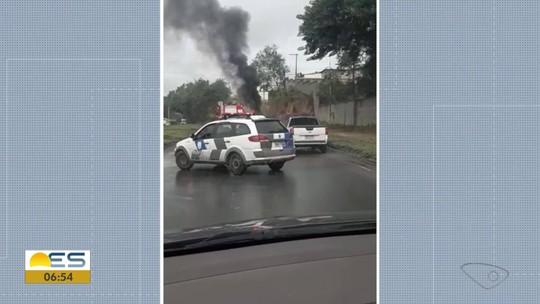 Carro pega fogo na Rodovia do Contorno em Cariacica, ES