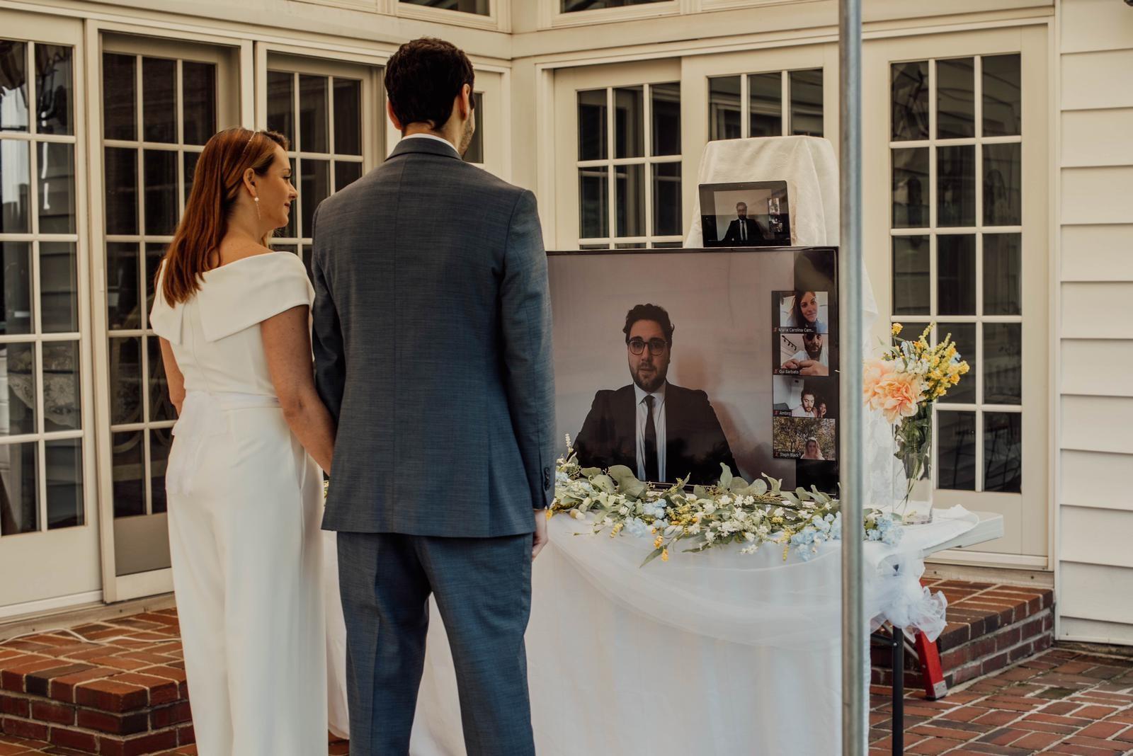 Noivos transmitem casamento ao vivo dos EUA para parentes em isolamento domiciliar no Brasil