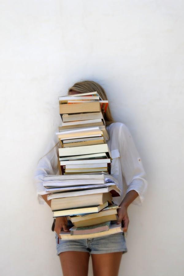 Juntar uma pilha de livros? Que nada... desapega, garota!  (Foto: Thinkstock)