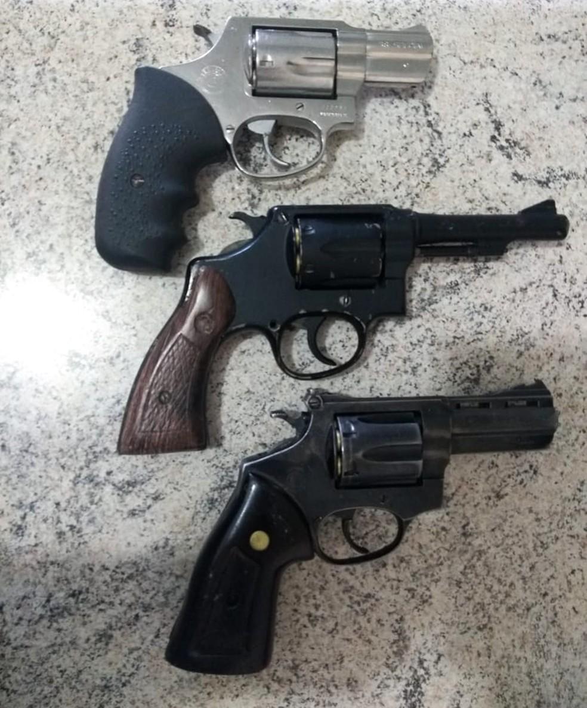 Com os criminosos, PMs apreenderam três revólveres (Foto: PM/Divulgação)