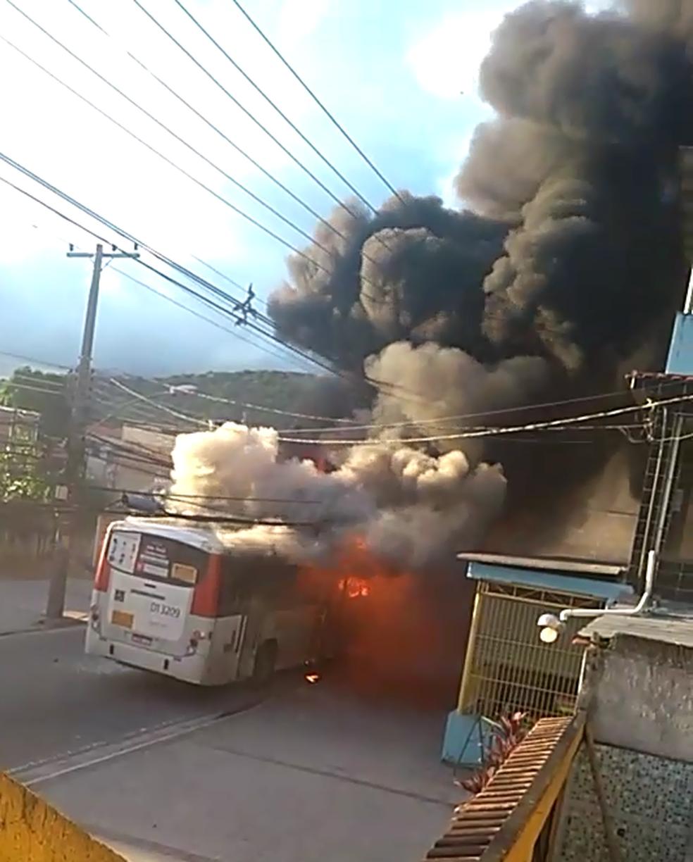 Esse foi o décimo ônibus incendiado no estado do Rio de Janeiro (Foto: Reprodução/ Redes Sociais)