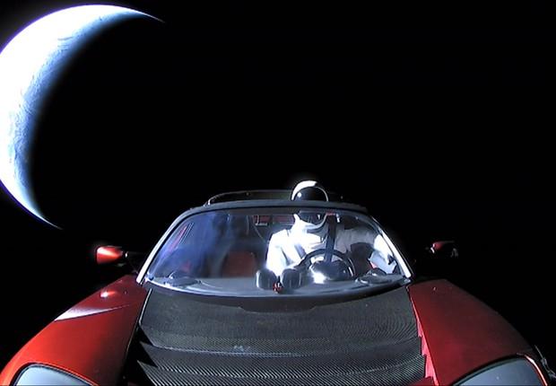 """Conhecido como Starman, manequim vaga pelo espaço como """"motorista"""" do Roadster.  (Foto: Divulgação/SpaceX)"""