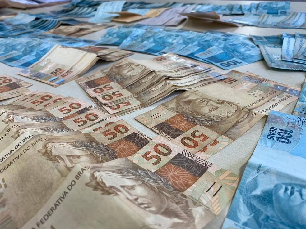 Mulher depositava dinheiro nas contas dela, do pai e do namorado — Foto: Divulgação