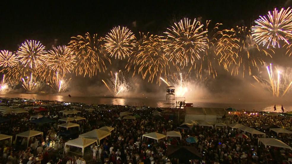 Show de luzes coloriu o céu na orla de Copacabana — Foto: Reprodução/TV Globo