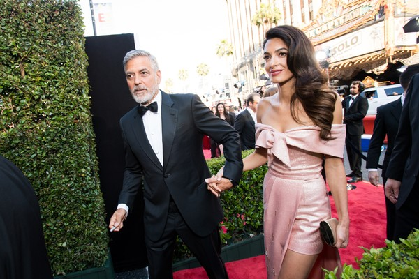 Amal Clooney e George Clooney no red carpet do evento no qual o astro foi homenageado  (Foto: Getty Images)