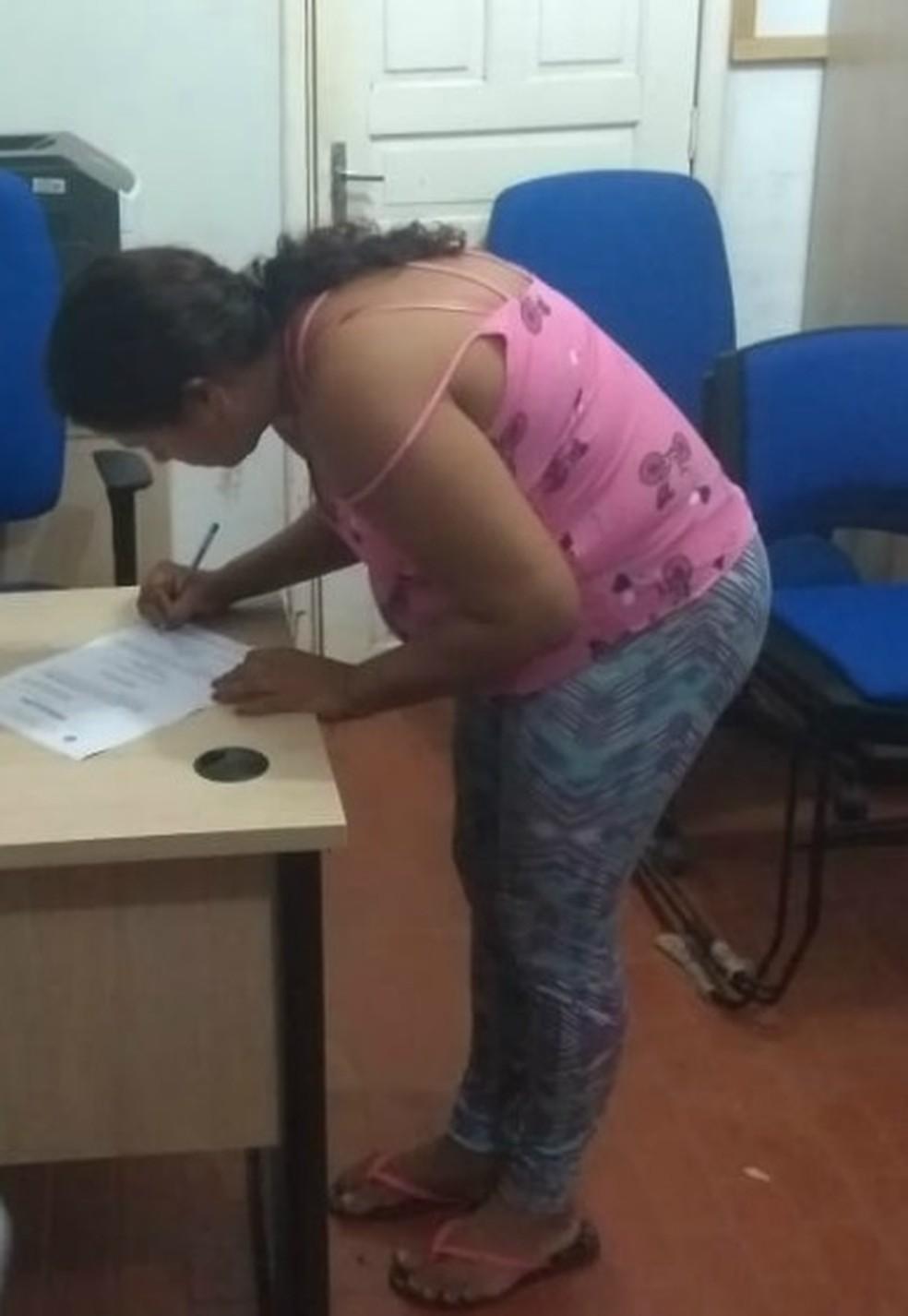 Cátia Barros, de 34 anos, foi presa por ser suspeita de participar do assassinato e pegar bebê de Fabiana.  — Foto: Jheniffer Núbia/G1