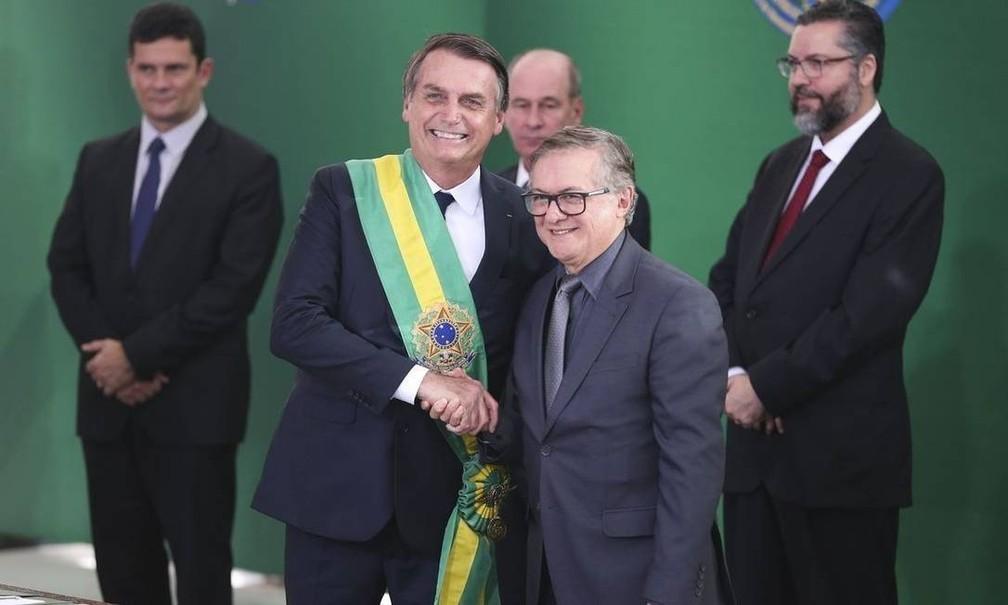 Na foto de arquivo, Bolsonaro empossa Ricardo Vélez no comando do MEC — Foto: Valter Campanato/Agência Brasil