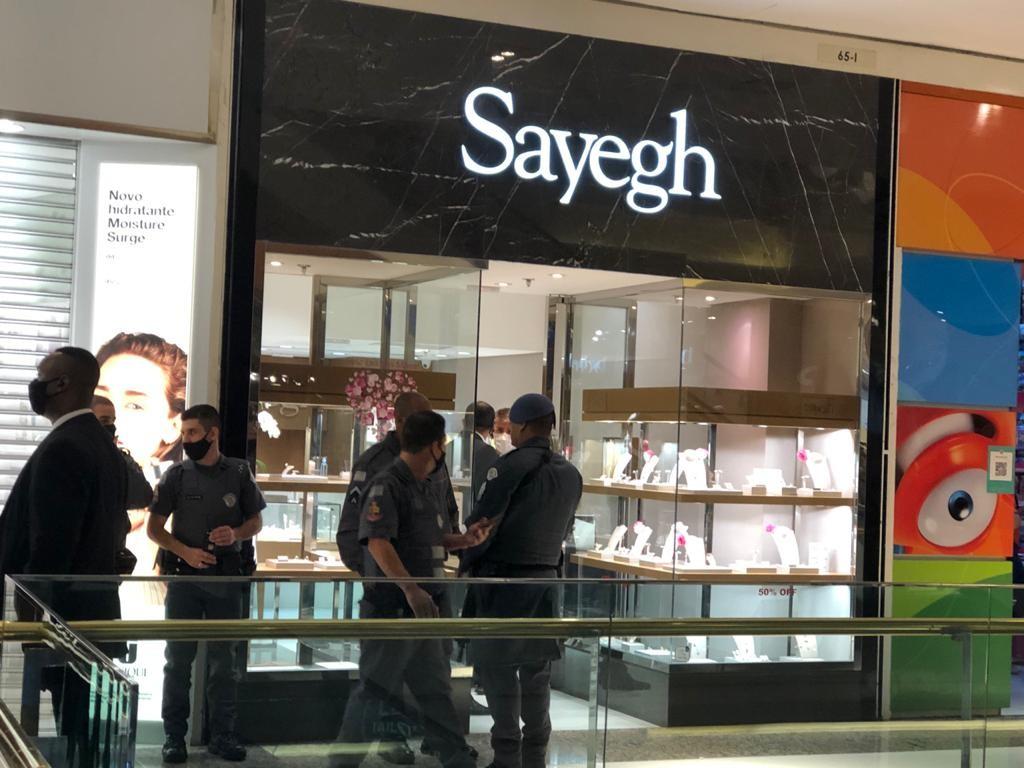 Bandidos tentam assaltar joalheria do Shopping Morumbi, e clientes ficam trancados em lojas durante ação