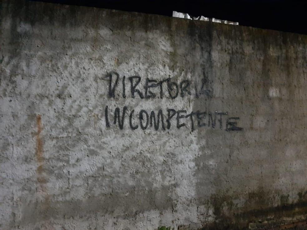 Torcedores do Bahia picharam muros próximos ao CT do clube — Foto: Reprodução