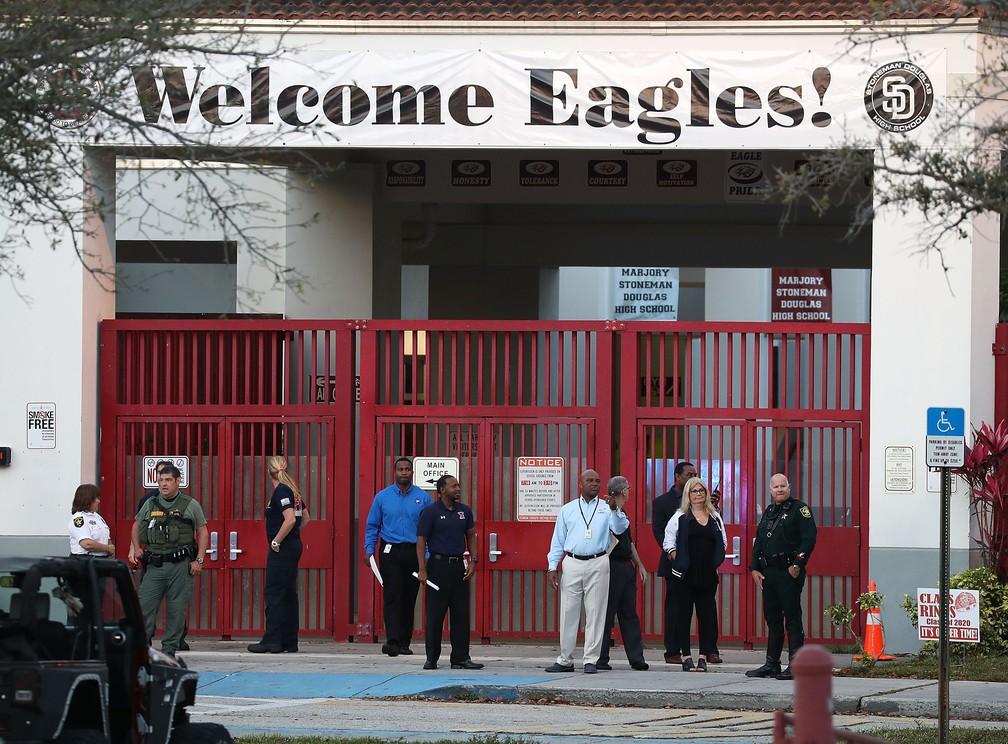 Membros da comunidade escolar em frente ao colégio  Stoneman Douglas, na Flórida (Foto: JOE RAEDLE / GETTY IMAGES NORTH AMERICA / AFP)