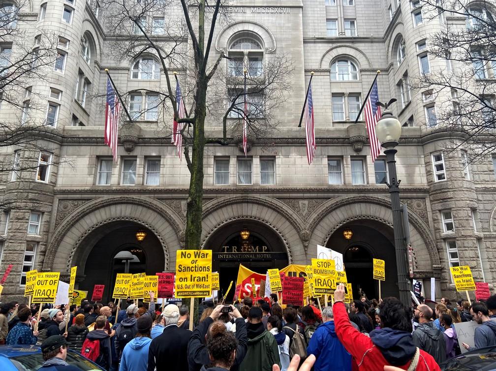 Manifestantes dizem 'não à guerra' próximo ao Trump International Hotel em Washington — Foto: Jan Wolfe/Reuters