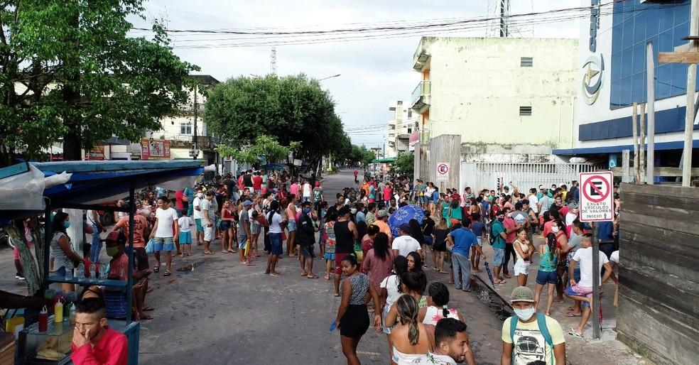 Filas nas agências da Caixa provocam aglomerações e confusão; trabalhadores dormem nas filas — Foto: Bruno Veiga Arquivo Pessoal