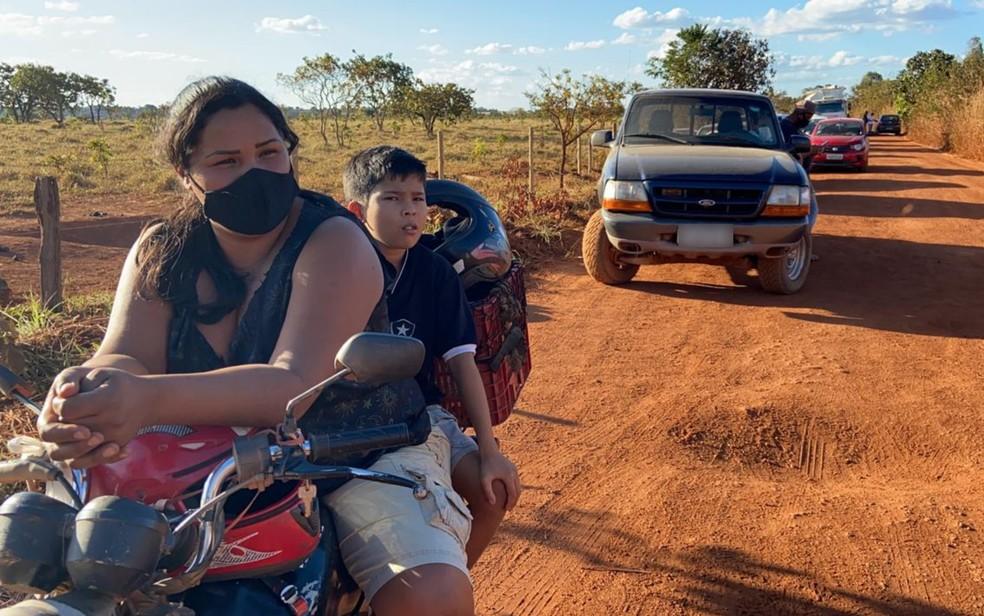 Moradora Fabrina Mariellen relata preocupação com filha e marido ao ser barrada perto de casa  — Foto: Guilherme Rodrigues/G1